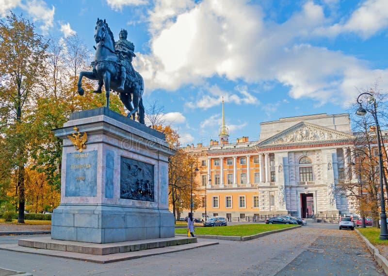 Monument aan keizer Peter Groot op de achtergrond van Mikhailovsky of Ingenieur Castle in St. Petersburg, Rusland stock afbeelding