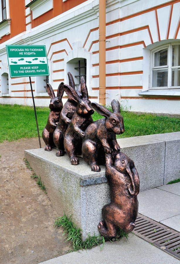 Monument aan kleine hazen die hun vriend helpen bij Peter en van Paul vesting in heilige-Petersburg, Rusland stock foto's