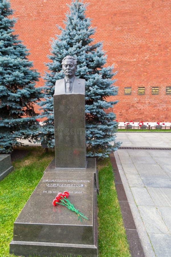 Monument aan Konstantin Chernenko op de straat Korolenko op het Rode Vierkant, Moskou, Rusland stock foto's
