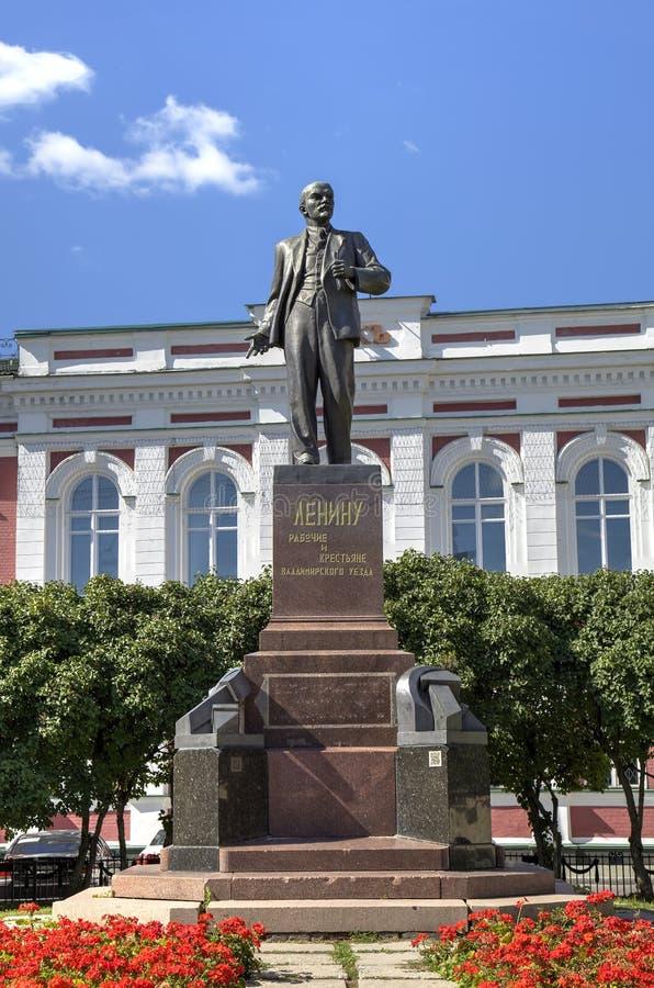 Monument aan Lenin bij de bouw van Hoofdministerie van Bank van Rusland over het Vladimir-gebied royalty-vrije stock foto