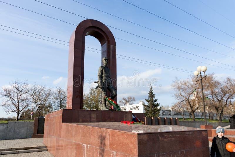 Monument aan militair-internationalists in een vervormd perspectief op de straat van de Krasnoyarsk-stad Architect S Gerashchenko stock fotografie
