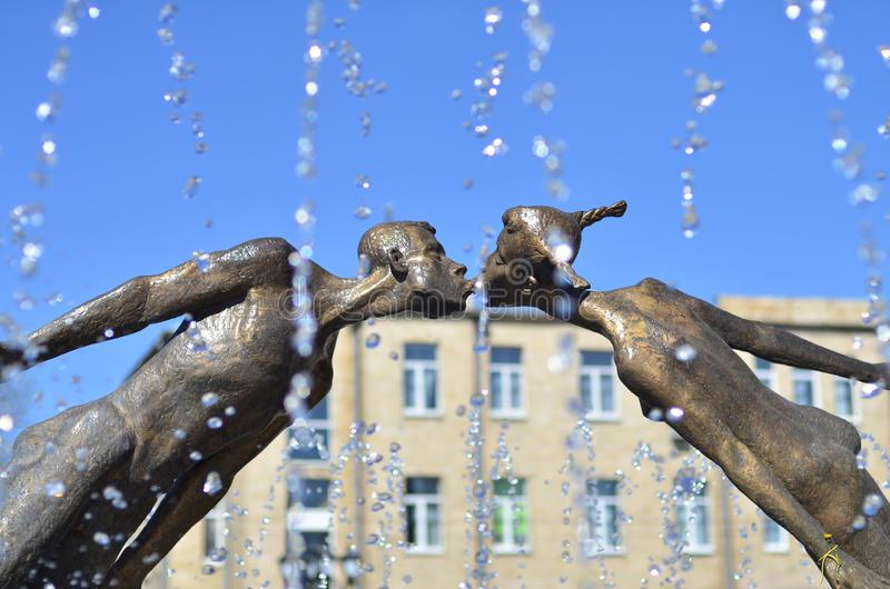 Monument aan minnaars in Kharkov, de Oekraïne - is een boog door vliegen, breekbare cijfers van een jonge mens en een meisje dat, royalty-vrije stock foto
