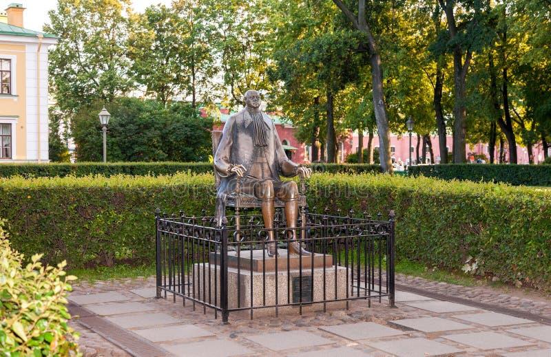 Monument aan Peter The Great op achtergrond van het wachthuisje stock afbeelding