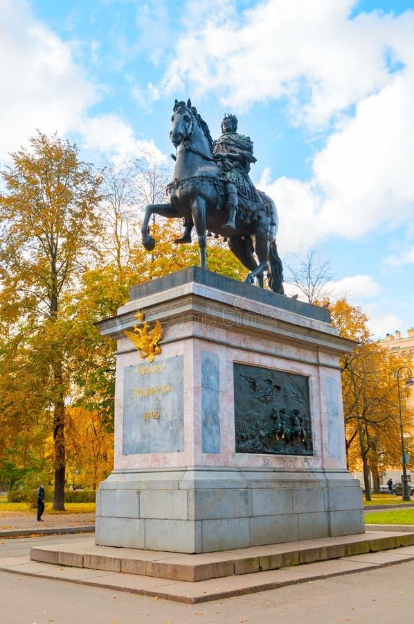 Monument aan Peter I - ruitermonument van Peter Groot voor het St Michael ` s Kasteel in St. Petersburg, Rusland stock foto's