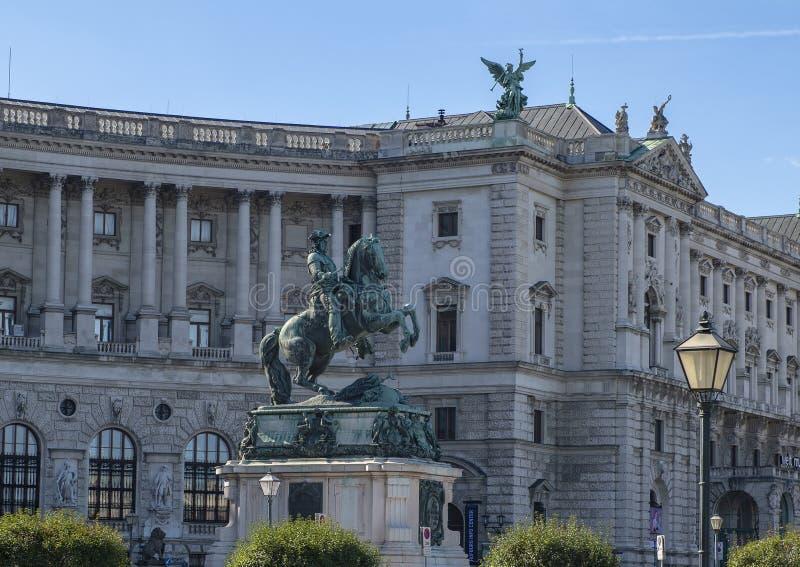 Monument aan Prins Eugene van Savooiekool, met het Paleis van de vleugelhofburg van Neud Burg op achtergrond, Wenen, Oostenrijk royalty-vrije stock afbeelding