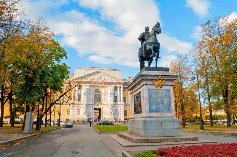 Monument aan Russische keizer Peter Groot op de achtergrond van Mikhailovsky of Ingenieur Castle in St. Petersburg, Rusland royalty-vrije stock fotografie