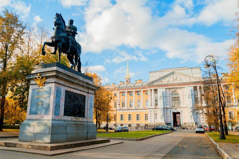 Monument aan Russische keizer Peter Grote dichtbijgelegen Mikhailovsky of de Ingenieur Castle in Heilige Petersburg, Rusland stock afbeelding