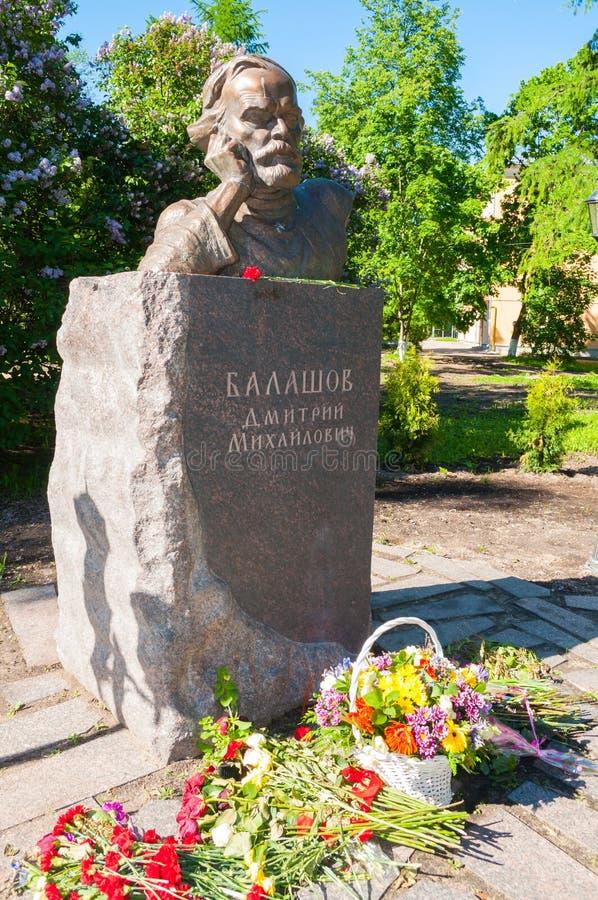 Monument aan Russische schrijver Dmitry Balashov met bloemen dichtbij het monument in Veliky Novgorod, Rusland royalty-vrije stock afbeeldingen