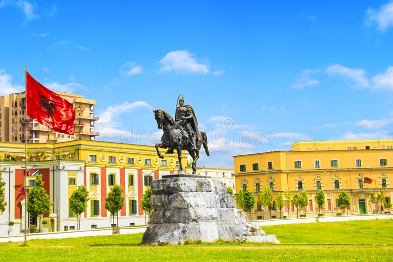 Monument aan Skanderbeg in Scanderbeg-Vierkant in het centrum van Tirana, Albanië royalty-vrije stock foto