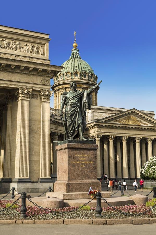 Monument aan veldmaarschalkprins Kutuzov van Smolensk bij de Kazan Kathedraal in heilige-Petersburg stock afbeelding