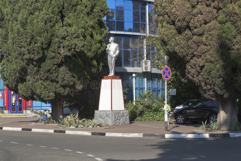 Monument aan Vladimir Ilyich Lenin bij de kruispunten van de straten van Lenin en Kirov-in het toevluchtdorp van Adler, Sotchi royalty-vrije stock afbeelding