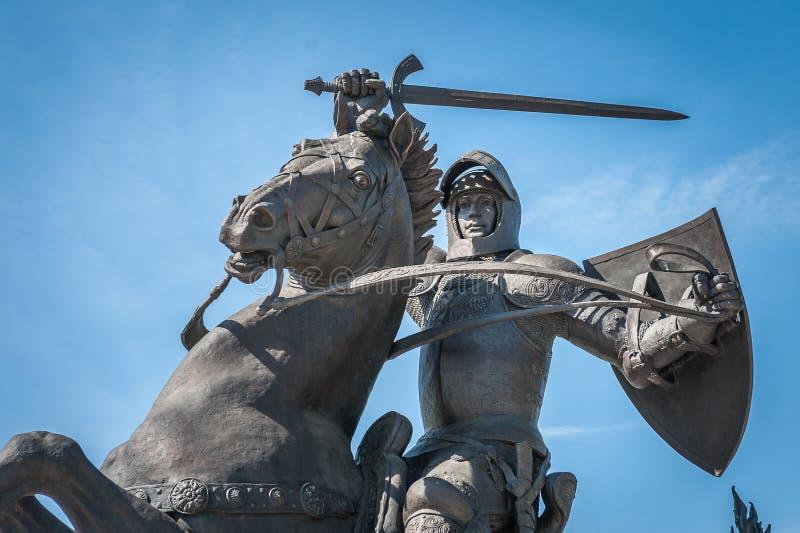 Monument aan Vytis, ridder op horseback die een zwaard en een schild, het beeldhouwwerk van de vrijheidsstrijder in Kaunas houden royalty-vrije stock fotografie