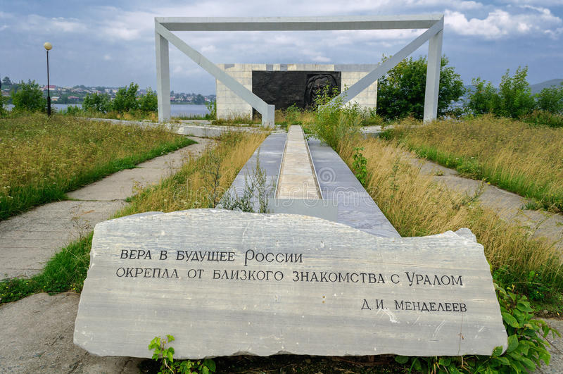 Monument aan wetenschapper Mendeleev D I in Hogere Ufaley royalty-vrije stock foto