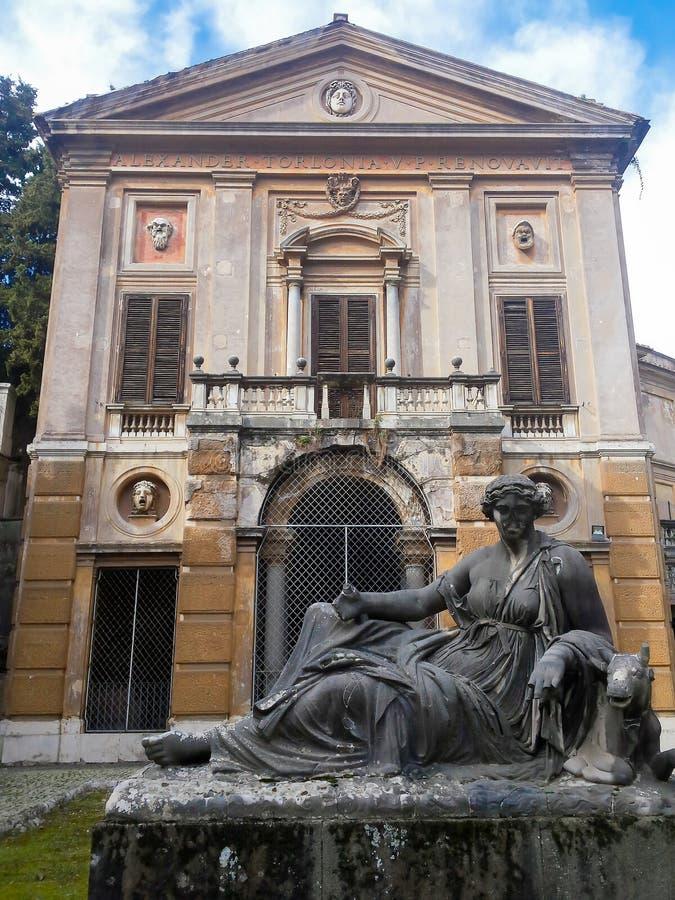 Monument abandonné à l'intérieur de villa Albani à Rome, Italie photographie stock
