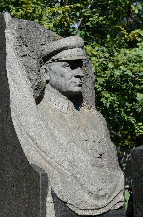 Monument au commandant soviétique, commandant rouge Yakov Melkumov au cimetière de Novodevichy à Moscou photographie stock libre de droits