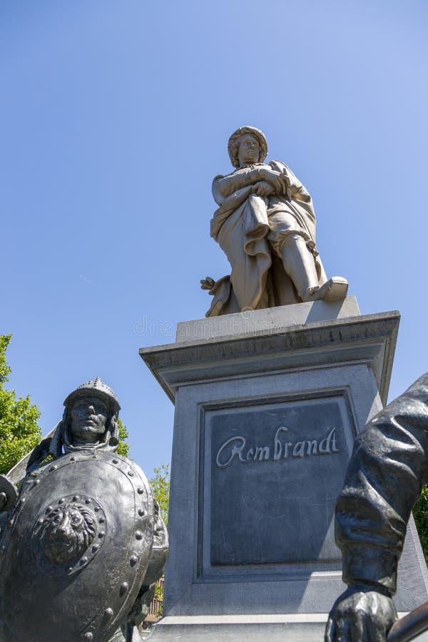 Monument au grand artiste n?erlandais Rembrandt avec des figures de l'image photographie stock libre de droits