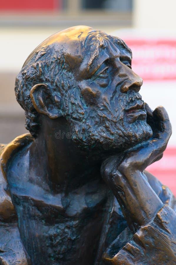 Monument au mendiant professionnel sur la rue de Kirov Plan rapproché image libre de droits