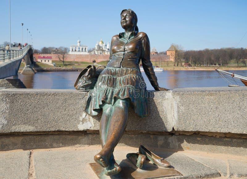 Monument au plan rapproché de fille-touriste Veliky Novgorod images stock