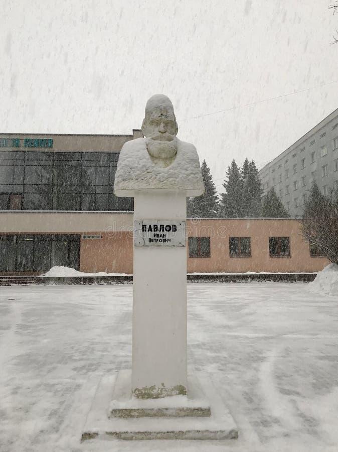 Monument au Prix Nobel Pavlov Ivan Petrovich Hiver, chutes de neige Minsk, Belarus photographie stock libre de droits