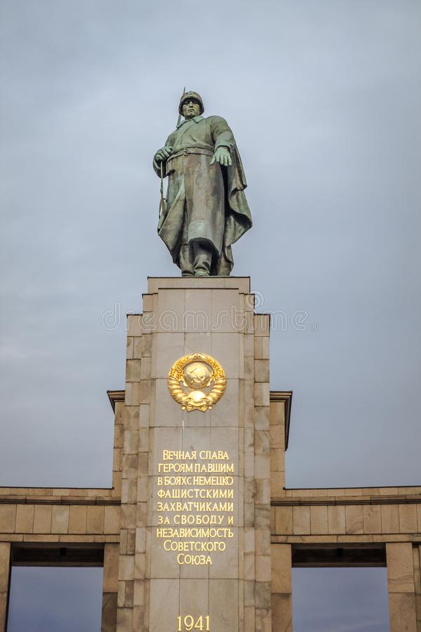 Monument au soldat soviétique de libérateur à Berlin, Allemagne image stock