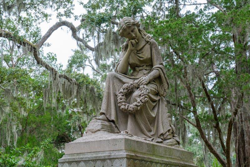 Monument auf Grab in Bonaventure Cemetery lizenzfreies stockfoto