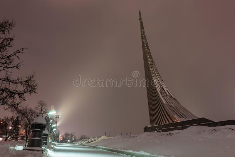 Monument aux conquérants de l'espace à Moscou, Russie, la nuit photos stock