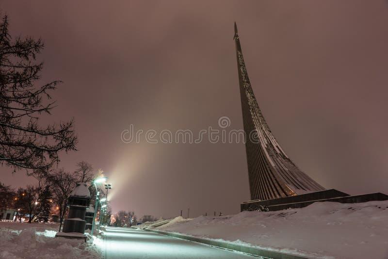 Monument aux conquérants de l'espace à Moscou, Russie, la nuit photo stock