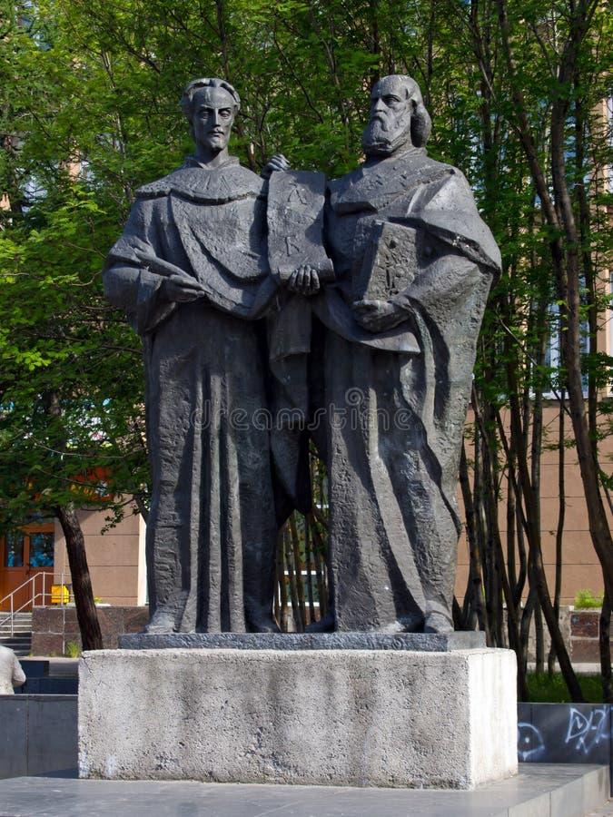 Monument aux créateurs des saints slaves Cyrille et Methodius d'alphabet à Mourmansk photographie stock