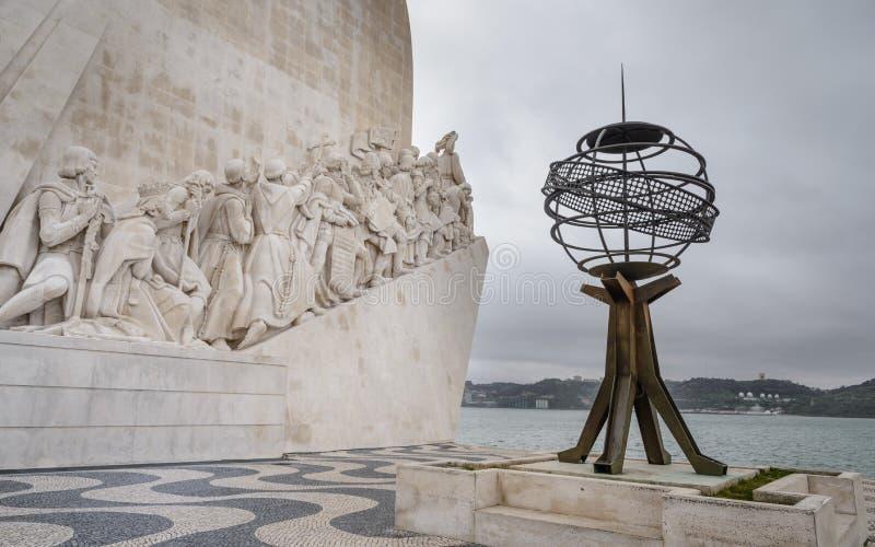 Monument aux découvertes regardant triomphantement au-dessus de l'Océan Atlantique dans Betlem, Lisbonne, Portugal images stock