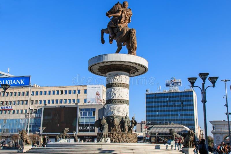 Monument av Alexander The Great i Skopjes huvudsakliga fyrkant med att förbigå för folk royaltyfri fotografi