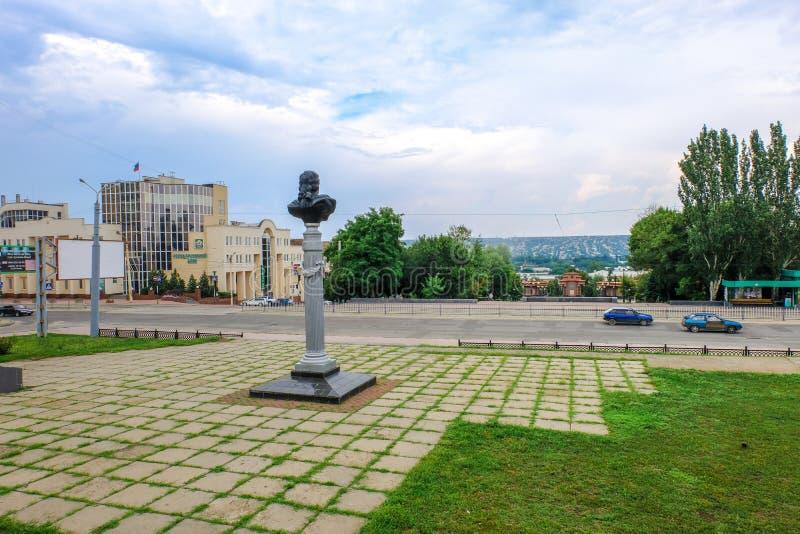 Monument av Carl Gascoigne p? ing?ngen till det Lugansk museet av lokal historia arkivbilder