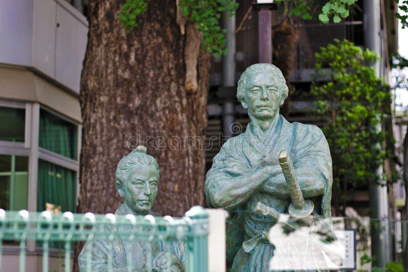Monument av japanska samurajer Ryoma Sakamoto och Katsu Kaishu i Tokyo arkivbilder