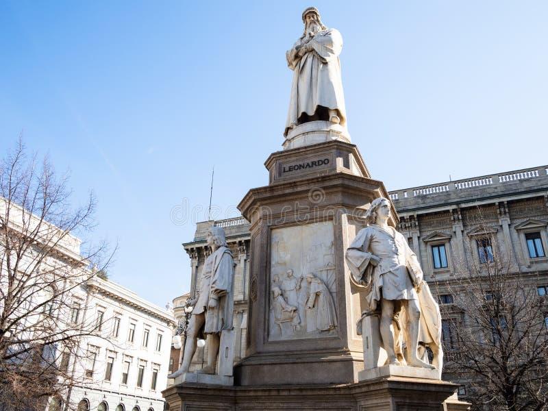 Monument av Leonardo da Vinci i den Milan staden royaltyfri foto