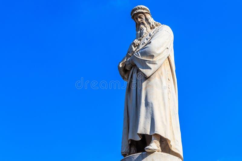 Monument av Leonardo da Vinci i piazzadellaen Scala i Milan, Italien royaltyfri bild