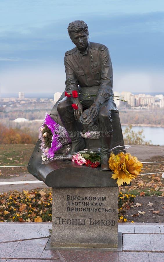 Monument av Leonid Bykov Han var enukrainare skådespelare, en filmdirektör, en KIEV, KYIV-, UKRAINA och skriftförfattare royaltyfria bilder