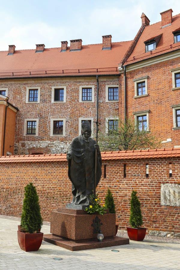 Monument av påven John Paul II på Wawel den kungliga slotten, Krakow, royaltyfria foton