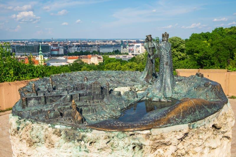 Monument Buda Meets Pest eller födelsen av Budapest på monteringen Gellert, Budapest royaltyfri bild
