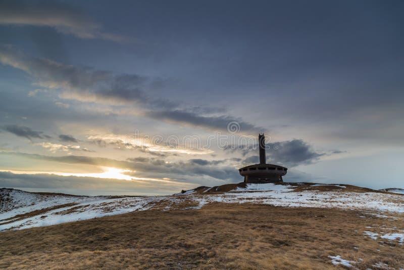 Monument Buzludzha in Balkan berg bij zonsondergang stock foto