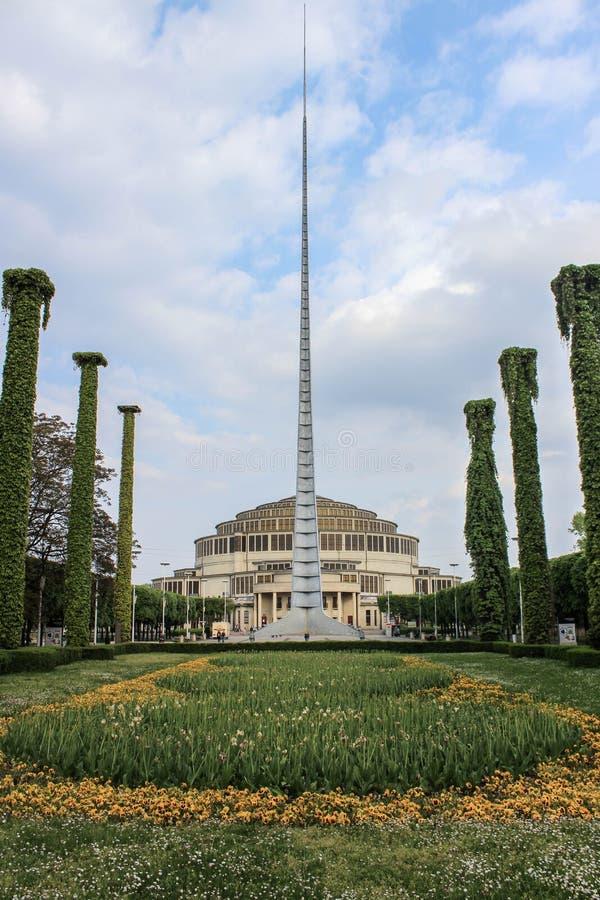 Monument d'Iglica devant Hall centennal à Wroclaw, Pologne image libre de droits