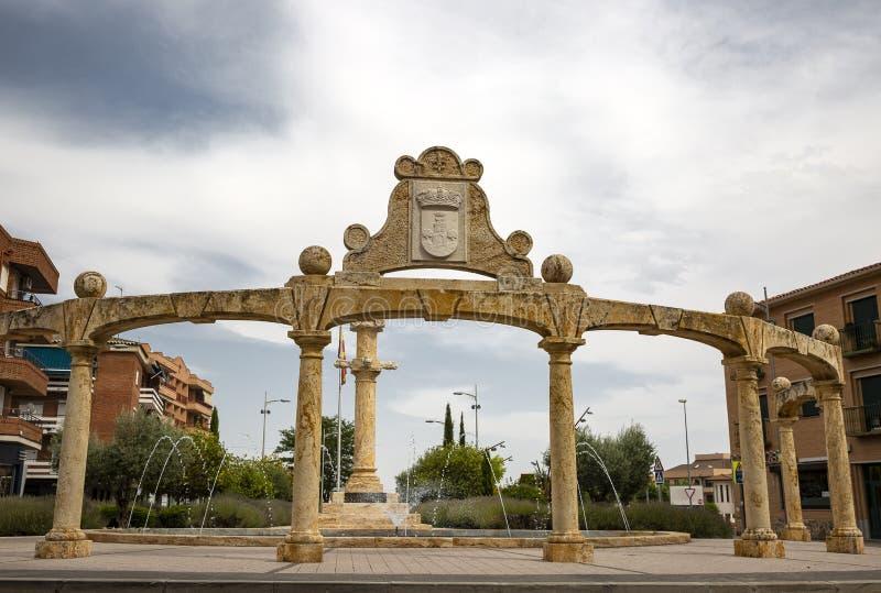 Monument dans la place de liberté à la ville de Torrijos images libres de droits
