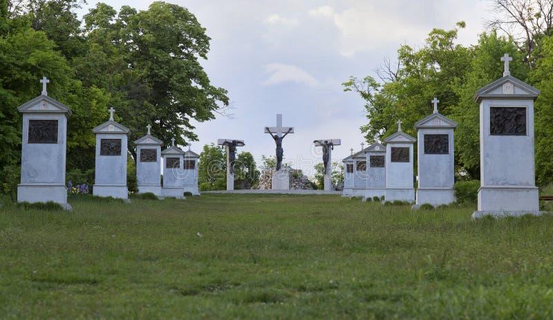 Monument de calvaire près de l'abbaye bénédictine de Tihany de la Hongrie image stock