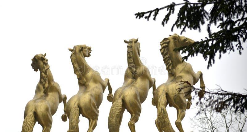 Monument de chevaux d'or des héros à Skopje Macédoine photographie stock