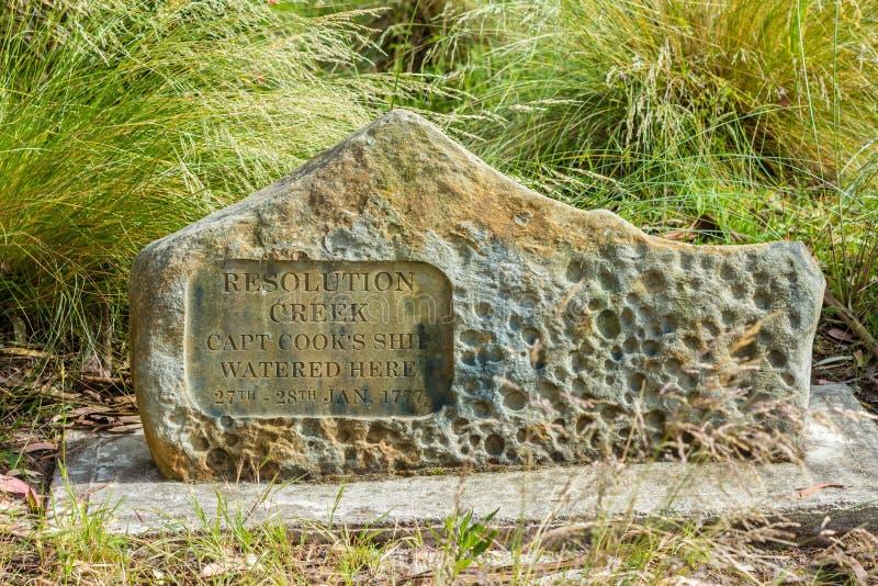 Monument de crique de résolution marquant l'atterrissage 1777 de capitaine Cook sur l'île de Bruny photographie stock libre de droits