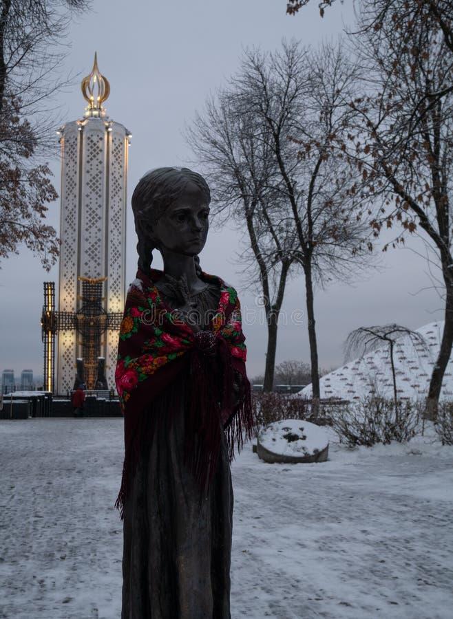 Monument de fille avec du blé Holodomor en Ukraine image stock
