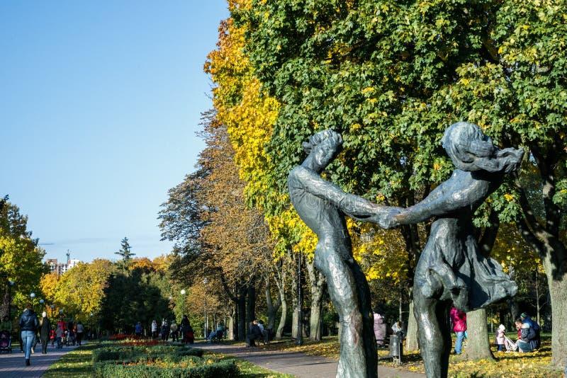 Monument de garçon et de fille image libre de droits