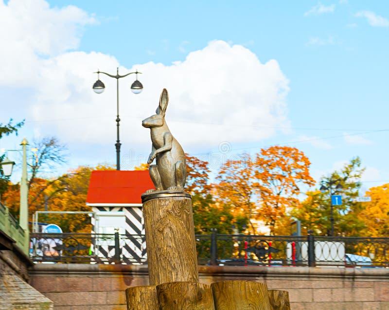 Monument de Hazen die aan Overstroming op de pool ontsnappen dichtbij Peter en van Paul vesting In Heilige Petersburg, Rusland stock afbeelding