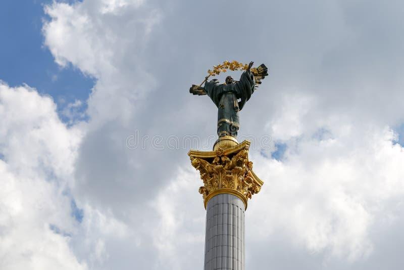 Monument de l'indépendance et statue de Berehynia à Kiev, Ukraine image libre de droits