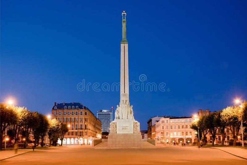 Monument de liberté à Riga la nuit image stock