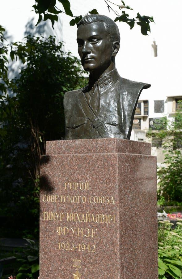 Monument de pierre tombale au héros de l'Union Soviétique Timur Frunze au cimetière de Novodevichy à Moscou photo stock