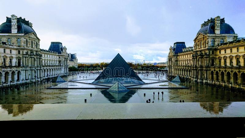 Monument de pyramide de Louvre images libres de droits